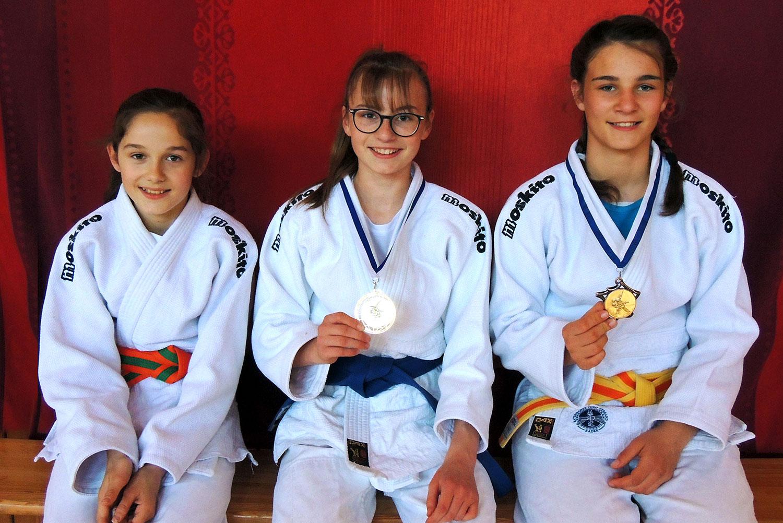 Goldmedaillengewinnerin Esther Hanus (M.), Sarah Filgertshofer (Bronze) und Maria Willibald (7. Platz)