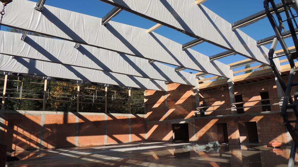 Holzkonstruktion für's Dach wird angebracht